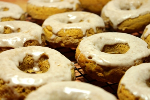 Cinnamon Glazed Pumpkin Donuts >> Baking Bytes