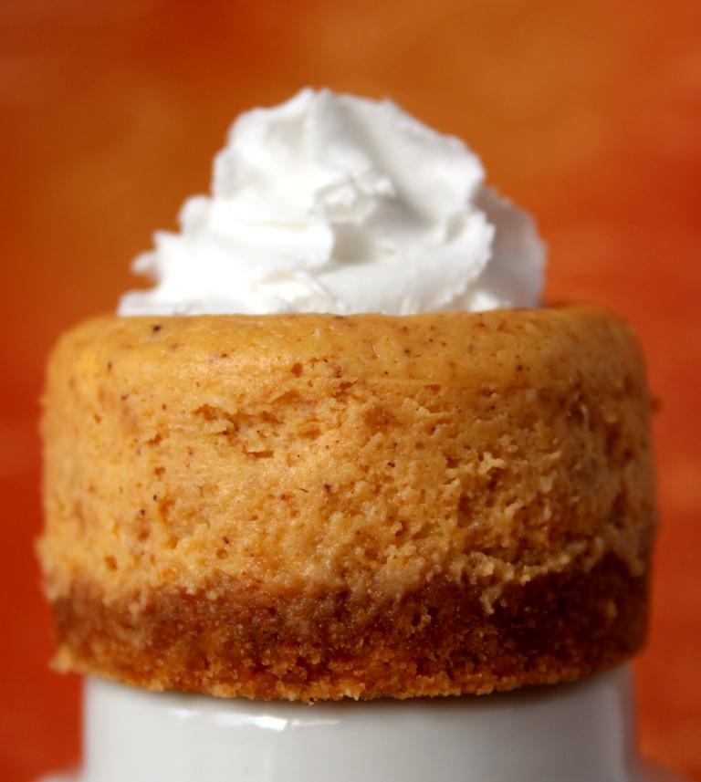 Mini Pumpkin Cheesecakes >> Baking Bytes