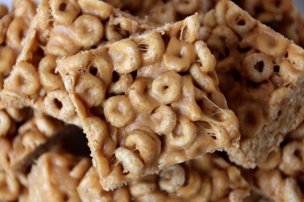 Peanut butter cheerio treats baking bytes